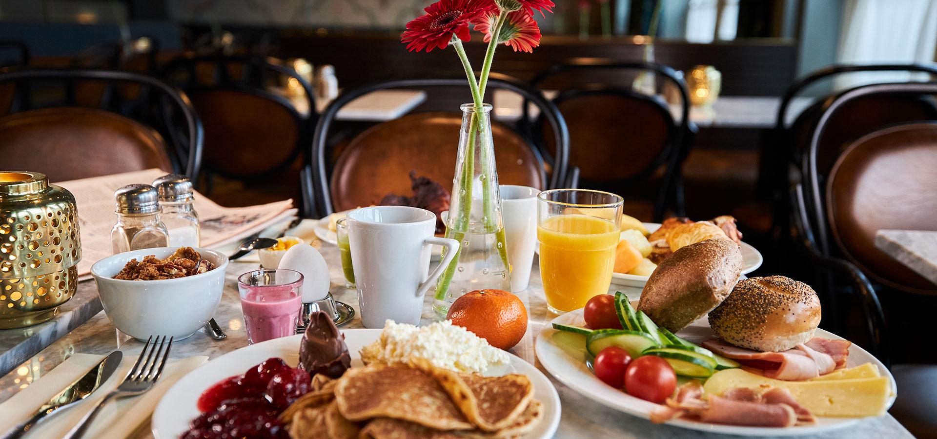 Ta med kollegan eller vännen och starta dagen på bästa sätt med frukost på Clarion Hotel Post